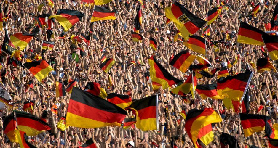 Im Station schwenken viele Fans Deutschlandfahnen